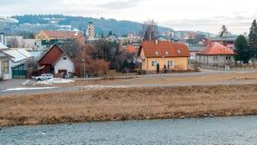 Liptovsky Mikulas Città della Slovacchia con il fiume sull'inverno immagine stock libera da diritti