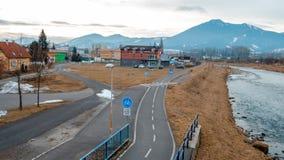 Liptovsky Mikulas Città della Slovacchia con il fiume sull'inverno fotografia stock