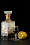 liqueur en cristal de citron de décanteur Image stock