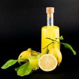 Liqueur en verre de Limoncello Photographie stock