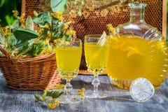 Liqueur faite maison faite de miel et chaux Photographie stock libre de droits