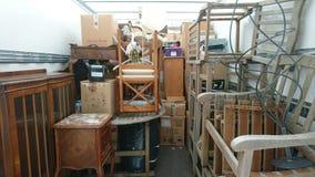 Liquidación casera móvil de la casa llena de la furgoneta Imagen de archivo