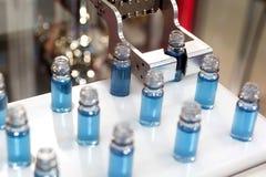 Liquide bleu dans des tubes d'essai en laboratoire Photographie stock libre de droits