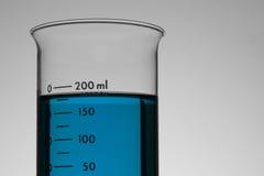 Liquide bleu dans le becher images libres de droits