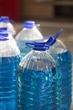 Liquide bleu dans une bouteille photo libre de droits