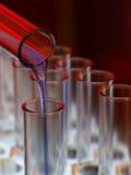 Liquide bleu de Pouringing dans de laboratoire Image libre de droits