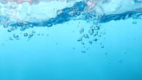 Liquide bleu images stock