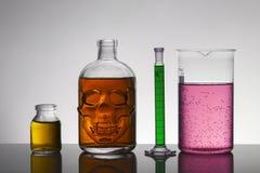 Liquide dans des bouteilles de laboratoire Laboratoire biochimique scientifique Liquide coloré photo libre de droits