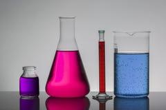 Liquide dans des bouteilles de laboratoire Laboratoire biochimique scientifique Liquide coloré photographie stock libre de droits