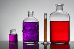 Liquide dans des bouteilles de laboratoire Laboratoire biochimique scientifique Liquide coloré image libre de droits