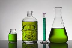 Liquide dans des bouteilles de laboratoire Laboratoire biochimique scientifique Liquide coloré photos libres de droits