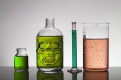 Liquide dans des bouteilles de laboratoire Laboratoire biochimique scientifique Liquide coloré images libres de droits