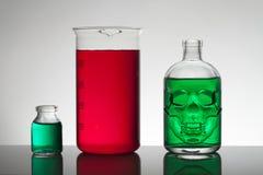 Liquide dans des bouteilles de laboratoire Laboratoire biochimique scientifique Liquide coloré images stock