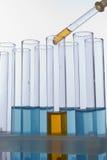 Liquide de chute de compte-gouttes dans le tube à essai photo libre de droits