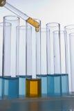Liquide de chute de compte-gouttes dans le tube à essai photos libres de droits