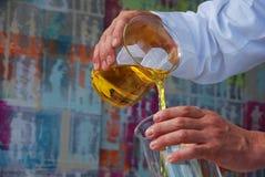 Liquide de produit chimique d'essence de chimiste image stock