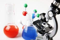 Liquide de sorcière de microscope et de fioles Photographie stock libre de droits