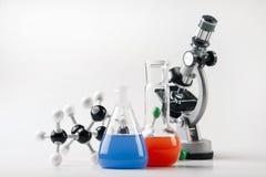 Liquide de sorcière de microscope et de fioles Images stock