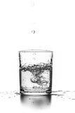 Liquide pleuvant à torrents dans une glace image libre de droits