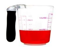 Liquide rouge dans la cuvette de mesure Photographie stock libre de droits