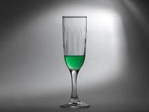 Liquide vert dans une cuvette en verre sur le fond grisâtre Photos libres de droits