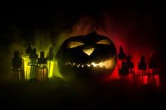 Liquides colorés de vape avec le potiron de Halloween sur le fond foncé Concept de Vape Image stock