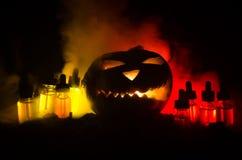Liquides colorés de vape avec le potiron de Halloween sur le fond foncé Concept de Vape Photo stock