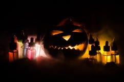 Liquides colorés de vape avec le potiron de Halloween sur le fond foncé Concept de Vape Image libre de droits