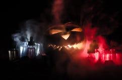 Liquides colorés de vape avec le potiron de Halloween sur le fond foncé Concept de Vape Images libres de droits