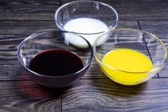 Liquides de différentes couleurs dans des plaques de verre photographie stock