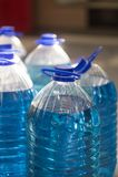 Liquido blu in una bottiglia fotografia stock libera da diritti