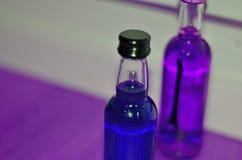 Liquido colorato in bottiglia di vetro Immagini Stock Libere da Diritti