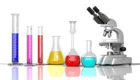 Liquido di colore del whith della vetreria per laboratorio Immagine Stock