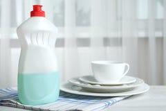 Liquido di lavatura dei piatti e piatti puliti Fotografia Stock Libera da Diritti