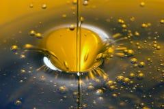 Liquido di versamento dell'olio d'oliva immagine stock