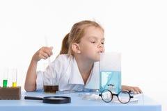 Liquido odorante dell'apprendista nella classe di chimica Immagine Stock
