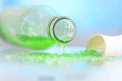 Liquido verde in una bottiglia Fotografie Stock Libere da Diritti