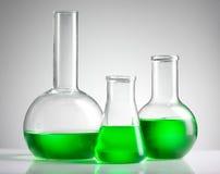 Liquido in vetreria per laboratorio immagine stock
