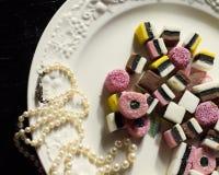 Liquirizia su un piatto con le perle Immagini Stock Libere da Diritti