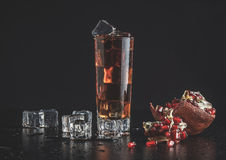 Liquore con ghiaccio ed il melograno Fotografie Stock