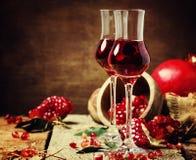 Liquore del melograno, stile rustico, fondo di legno d'annata, Se immagine stock