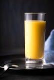 Liquore dell'uovo sui precedenti scuri Fotografie Stock