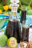 Liquore della noce con le noci verdi fotografia stock libera da diritti