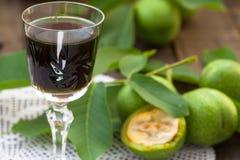 Liquore della noce con le noci verdi immagine stock libera da diritti