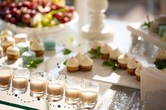Liquore di Baileys in vetro sulla tavola festiva liquore del latte del menu del cocktail dell'alcool della barra ricezione con i  fotografia stock libera da diritti