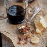 Liquore di erbe con lo zenzero e lo zucchero cristallizzati della roccia di Brown Immagine Stock