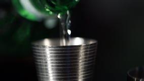 Liquore liquido che è versato dentro una tazza di misurazione stock footage