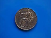 1 lira mynt, kungarike av Italien över blått Royaltyfri Foto