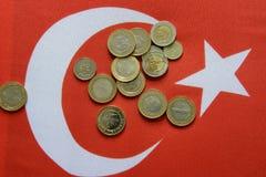 Lira turca de la divisa nacional en bandera turca imagenes de archivo