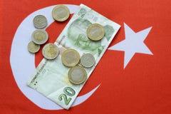 Lira turca de la divisa nacional en bandera turca imagen de archivo
